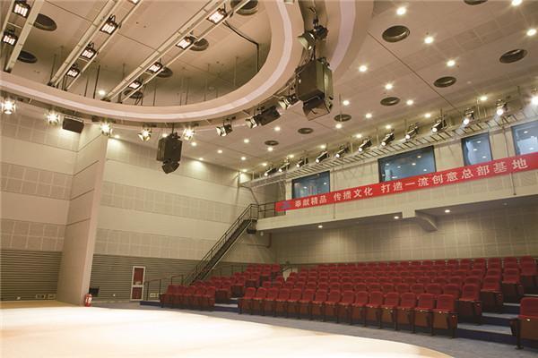 a500㎡多功能演播厅配置国内先进灯光音响设备,能提供小剧场、小型演唱会等多种服务。_副本